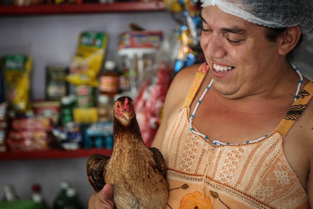 Léo segurando sua galinha.