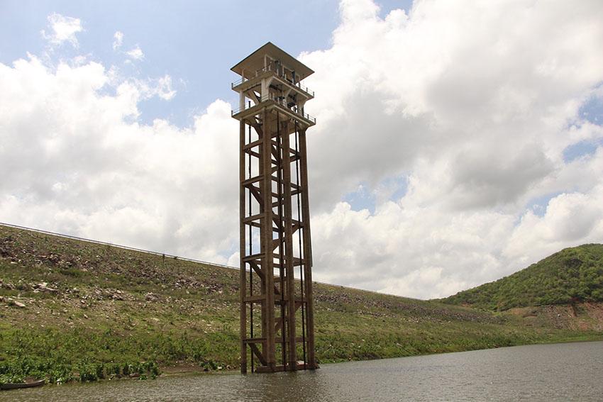 Torre que mostra como o açude está seco. (Foto: Jéssica Welma/Tribuna do Ceará)
