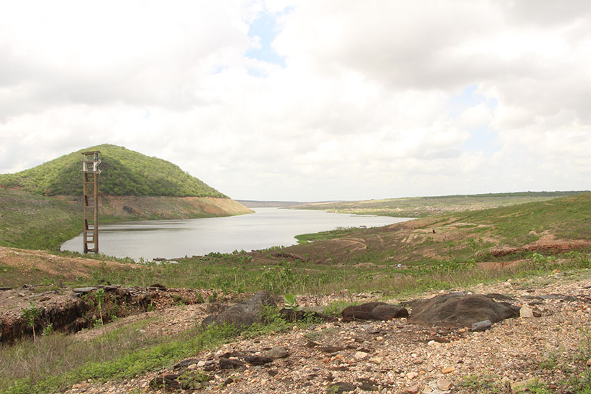 Terra é visível onde antes era água. (Foto: Jéssica Welma/Tribuna do Ceará)