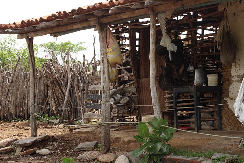 Casa de barro onde seu Agostinho morou até construir uma casa de tijolos há dois anos. (Foto: Jéssica Welma/Tribuna do Ceará)