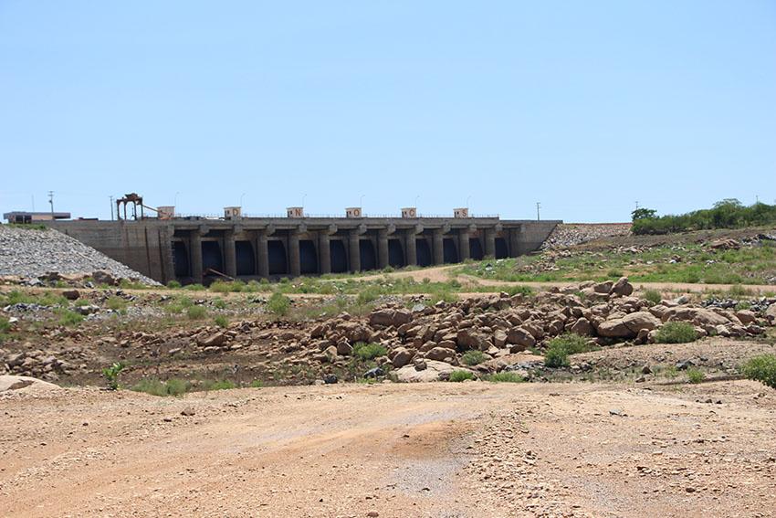 Açude Castanhão seco. (Foto: Jéssica Welma/Tribuna do Ceará)